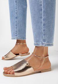 Born2be - Szampańskie Klapki Kimosis. Nosek buta: otwarty. Kolor: złoty. Wzór: aplikacja. Obcas: na obcasie. Wysokość obcasa: niski