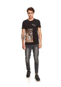 TOP SECRET - T-shirt z nadrukiem. Kolor: czarny. Materiał: bawełna, tkanina. Długość rękawa: krótki rękaw. Długość: krótkie. Wzór: nadruk. Sezon: jesień