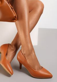 Renee - Camelowe Czółenka Pronenia. Wysokość cholewki: przed kostkę. Nosek buta: szpiczasty. Zapięcie: bez zapięcia. Obcas: na obcasie. Wysokość obcasa: średni