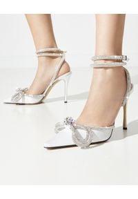 MACH&MACH - Białe szpilki z kokardą z kryształami. Okazja: na wesele, na ślub cywilny. Nosek buta: okrągły. Zapięcie: pasek. Kolor: biały. Materiał: materiał. Wzór: aplikacja. Obcas: na szpilce