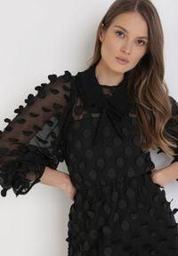 Born2be - Czarna Sukienka Rebexa. Typ kołnierza: kołnierz z falbankami. Kolor: czarny. Materiał: tkanina, materiał. Długość rękawa: długi rękaw. Wzór: aplikacja. Długość: mini