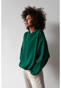 Marsala - Bluza damska o kroju regular fit w kolorze DEEP FOREST GREEN - BASKET BY MARSALA. Materiał: dresówka, bawełna, jeans, dzianina, poliester. Sezon: lato, jesień, wiosna, zima. Styl: klasyczny