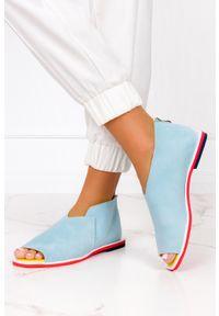 Niebieskie sandały Casu na zamek