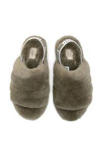 Ugg - UGG - Oliwkowe klapki Fluff Yeah Slide. Nosek buta: otwarty. Kolor: zielony. Materiał: bawełna