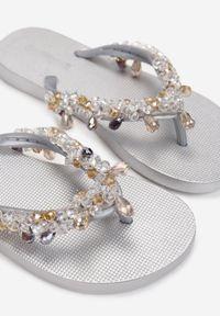 Renee - Srebrne Japonki Olexera. Kolor: srebrny. Materiał: guma. Wzór: paski, aplikacja. Styl: wakacyjny #6