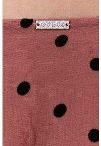 Guess - Sukienka. Kolor: różowy. Materiał: tkanina. Długość rękawa: długi rękaw. Typ sukienki: rozkloszowane