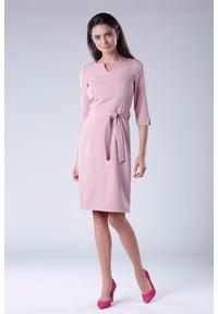 Nommo - Różowa Sukienka Wiązana w Pasie z Rękawem 3/4. Kolor: różowy. Materiał: wiskoza, poliester