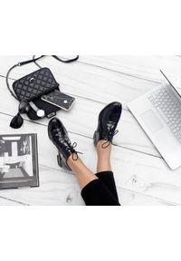 Zapato - lakierowane półbuty jazzówki - skóra naturalna - model 246 - kolor czarny lakier. Okazja: do pracy, na co dzień, na spotkanie biznesowe. Kolor: czarny. Materiał: skóra, lakier. Szerokość cholewki: normalna. Wzór: motyw zwierzęcy, kwiaty, kolorowy. Obcas: na obcasie. Styl: elegancki, casual, klasyczny, boho, biznesowy. Wysokość obcasa: niski