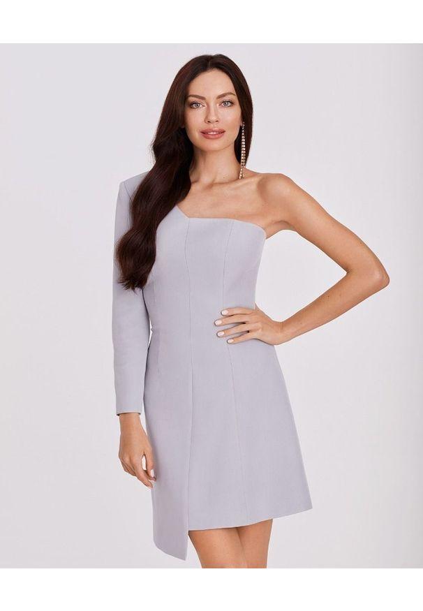 LA MANIA - Sukienka na jedno ramię Kenda. Kolor: szary. Długość rękawa: długi rękaw. Typ sukienki: dopasowane, asymetryczne. Styl: elegancki