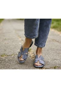 Zapato - damskie klapki na miękkiej podeszwie - skóra naturalna - model 371 - kolor mozaika. Okazja: na imprezę, na co dzień. Materiał: skóra. Wzór: motyw zwierzęcy, nadruk, kolorowy, kwiaty. Sezon: lato, wiosna. Obcas: na płaskiej podeszwie. Styl: klasyczny, wakacyjny, casual