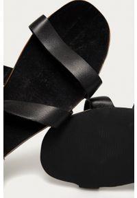 Answear Lab - Sandały skórzane. Zapięcie: klamry. Kolor: czarny. Materiał: skóra. Obcas: na obcasie. Styl: wakacyjny. Wysokość obcasa: niski