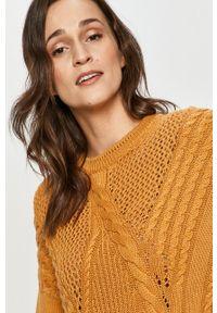 Answear Lab - Sweter. Kolor: żółty. Materiał: dzianina. Długość rękawa: długi rękaw. Długość: długie. Wzór: ze splotem. Styl: wakacyjny