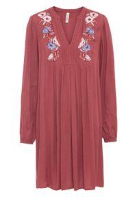 Lekka sukienka z haftem bonprix czerwony mahoniowy wzorzysty. Kolor: czerwony. Wzór: haft