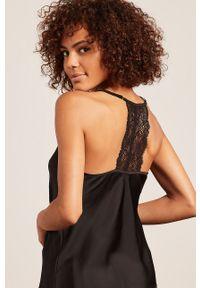 Etam - Top piżamowy ANEMONE. Kolor: czarny. Materiał: satyna, materiał, koronka. Wzór: ze splotem