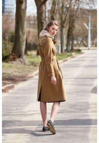 Marie Zélie - Trencz Adria bawełna z elastanem kamelowy. Materiał: bawełna, elastan. Sezon: lato. Styl: klasyczny #7