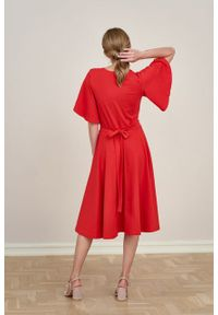 Marie Zélie - Sukienka Eudora rubinowa czerwień. Typ kołnierza: dekolt kopertowy. Kolor: czerwony. Materiał: bawełna, dzianina, elastan. Typ sukienki: kopertowe