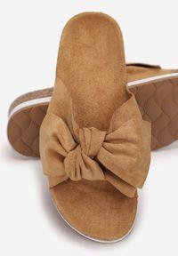 Born2be - Camelowe Klapki Ashiphae. Nosek buta: otwarty. Materiał: dresówka. Wzór: kwiaty, aplikacja. Obcas: na platformie