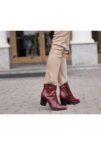 Zapato - botki kowbojki na obcasie - skóra naturalna - model 471 - kolor czarno-czerwony krokodyl. Kolor: wielokolorowy, czarny, czerwony. Materiał: skóra. Obcas: na obcasie. Wysokość obcasa: średni