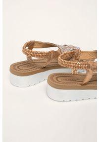 Złote sandały Truffle Collection bez obcasa, na platformie