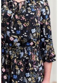 Marie Zélie - Sukienka Cecilia Aurantia czarna. Kolor: czarny. Materiał: materiał, poliester, wiskoza, tkanina, skóra, bawełna. Wzór: napisy, aplikacja