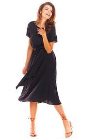 Awama - Czarna Rozkloszowana Midi Sukienka z Krótkim Kimonowym Rękawem. Kolor: czarny. Materiał: wiskoza, elastan. Długość: midi