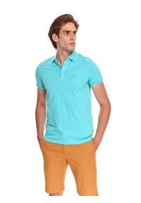 TOP SECRET - T-shirt polo ze strukturalnej dzianiny. Typ kołnierza: polo. Kolor: niebieski. Materiał: dzianina. Długość rękawa: krótki rękaw. Długość: krótkie. Sezon: lato. Styl: wakacyjny
