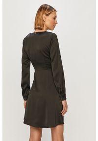 Liu Jo - Sukienka. Kolor: czarny. Materiał: tkanina. Długość rękawa: długi rękaw. Typ sukienki: rozkloszowane