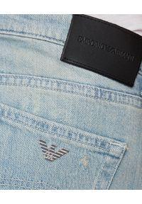 Emporio Armani - EMPORIO ARMANI - Niebieskie jeansy z przetarciami. Stan: podwyższony. Kolor: niebieski. Wzór: napisy, aplikacja, nadruk. Sezon: wiosna. Styl: sportowy, klasyczny