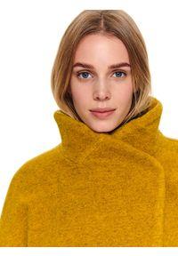 TOP SECRET - Wełniany płaszcz ze stójką. Typ kołnierza: kołnierzyk stójkowy. Kolor: żółty. Materiał: wełna. Długość: do kolan. Sezon: jesień, zima. Styl: elegancki