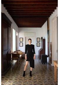 MOE - Czarna Dopasowana Sukienka z Asymetrycznym Dołem. Kolor: czarny. Materiał: elastan, poliester. Typ sukienki: asymetryczne