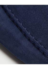 TOD'S - Granatowe mokasyny Gommino Driving. Kolor: niebieski. Materiał: zamsz, guma. Wzór: aplikacja. Sezon: lato #6