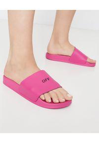 OFF-WHITE - Różowe klapki z logo. Okazja: na spacer, na plażę. Kolor: różowy, wielokolorowy, fioletowy. Materiał: guma. Wzór: aplikacja. Styl: wakacyjny