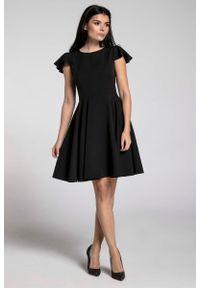 Czarna sukienka rozkloszowana Nommo z krótkim rękawem