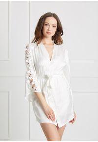 Saintmiss - Peniuar z ozdobnymi kwiatami // Adrienne - XL, Biały. Kolor: biały. Materiał: satyna, skóra, materiał. Wzór: kwiaty