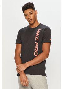 Nike - T-shirt. Okazja: na co dzień. Kolor: czarny. Materiał: tkanina, dzianina, skóra, włókno. Wzór: nadruk. Styl: casual