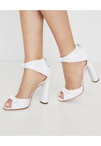 Casadei - CASADEI - Białe sandały na słupku Alice. Okazja: na wesele, na ślub cywilny. Kolor: biały. Wzór: aplikacja. Obcas: na słupku. Styl: elegancki. Wysokość obcasa: średni