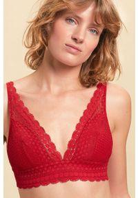 Czerwony biustonosz Etam w koronkowe wzory