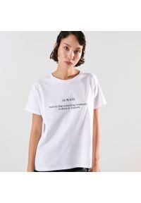 Sinsay - Koszulka z napisem - Biały. Kolor: biały. Wzór: napisy