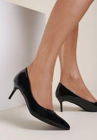 Renee - Czarne Szpilki Caloriope. Nosek buta: szpiczasty. Zapięcie: bez zapięcia. Kolor: czarny. Szerokość cholewki: normalna. Wzór: aplikacja. Materiał: lakier. Obcas: na szpilce. Styl: klasyczny. Wysokość obcasa: niski