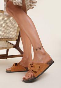 Renee - Camelowe Klapki Aglalacia. Nosek buta: otwarty. Materiał: materiał. Wzór: kwiaty, aplikacja. Sezon: lato