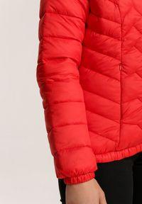 Renee - Czerwona Kurtka Zelilopei. Okazja: na co dzień. Typ kołnierza: kołnierzyk stójkowy. Kolor: czerwony. Materiał: tkanina, jeans. Długość: krótkie. Styl: casual