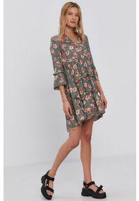 Vero Moda - Sukienka. Kolor: zielony. Materiał: tkanina, wiskoza, materiał