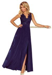 Niebieska sukienka wieczorowa Numoco w koronkowe wzory, maxi