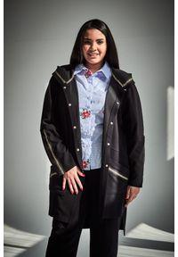 Moda Size Plus Iwanek - Czarny klasyczny kardigan duże rozmiary OVERSIZE PLUS SIZE. Okazja: do pracy, na spotkanie biznesowe, na co dzień. Kolekcja: plus size. Kolor: czarny. Materiał: elastan, poliester, materiał, wiskoza, jeans. Długość: długie. Sezon: jesień, wiosna. Styl: klasyczny