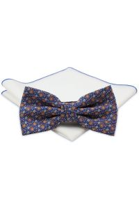 Chattier - Niebieska Mucha z Białą Poszetką -CHATTIER- Męska, w Pomarańczowo-Białe Kwiatki. Kolor: niebieski. Wzór: kwiaty. Styl: sportowy, elegancki