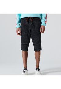 Cropp - Jeansowe szorty z efektem sprania - Szary. Kolor: szary. Materiał: jeans