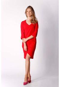 Nommo - Czerwona Klasyczna Prosta Sukienka z Asymetrycznym Rozporkiem. Kolor: czerwony. Materiał: wiskoza, poliester. Typ sukienki: proste, asymetryczne. Styl: klasyczny