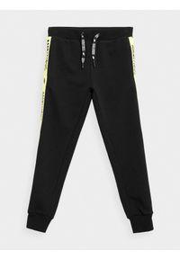 4f - Spodnie dresowe joggery chłopięce. Kolor: czarny. Materiał: dresówka