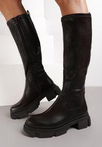 Renee - Brązowe Kozaki Olune. Wysokość cholewki: przed kolano. Nosek buta: okrągły. Zapięcie: zamek. Kolor: brązowy. Szerokość cholewki: normalna. Wzór: gładki. Obcas: na obcasie. Wysokość obcasa: niski