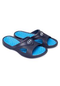 LANO - Klapki męskie basenowe Lano KL-4-0401 Navy/Blue. Okazja: na plażę. Zapięcie: bez zapięcia. Materiał: guma. Obcas: na obcasie. Wysokość obcasa: średni, niski. Sport: pływanie